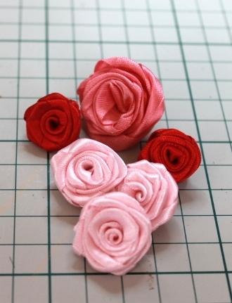 un tuto pour faire des roses en ruban. Black Bedroom Furniture Sets. Home Design Ideas